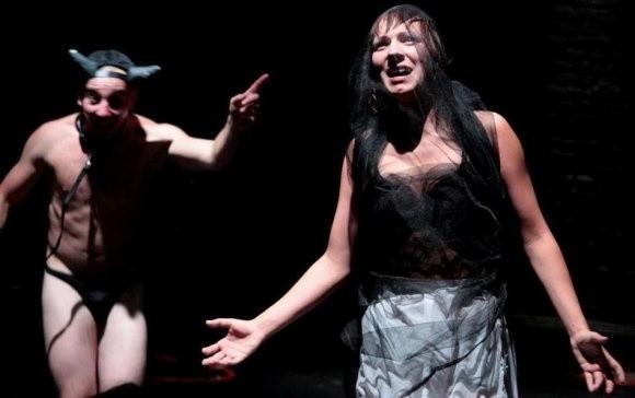 """Teatr Porywacze ciał z Poznania ze sztuką """"Correctomundo"""" wystąpi w niedzielę. Aktorzy należą do czołówki sceny alternatywnej w kraju."""