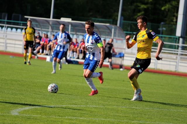 W zaległym meczu 29. kolejki rozgrywek grupy czwartej piłkarskiej trzeciej ligi Siarka Tarnobrzeg grała na wyjeździe z liderem tabeli, Wisłą Puławy