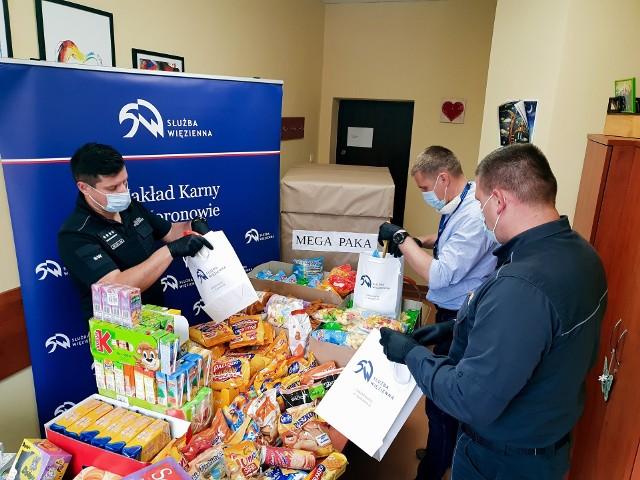 Przygotowywanie mega paczki dla małych pacjentów ze szpitala Jurasza