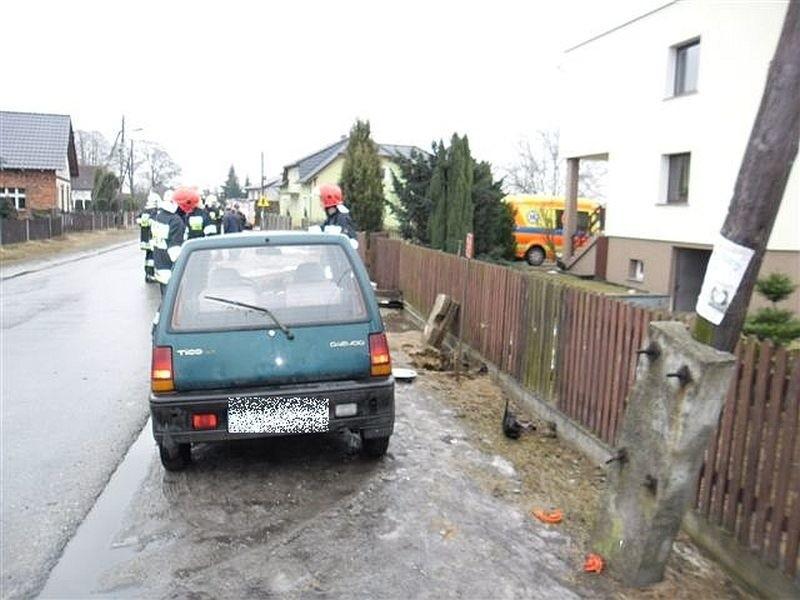 Daewoo uderzyło w hydrant. Wypadek w Kotorzu Wielkim.