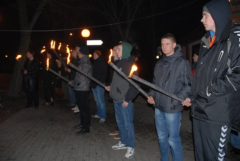 Uczestnicy rocznicowej manifestacji przy rondzie uczcili...
