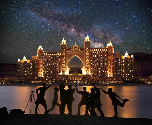 Dubaj jest otwarty i gotowy na przyjęcie turystów z zachowaniem najwyższych standardów bezpieczeństwa - podają linie Emirates. - To tętniące życiem miasto oferuje mieszankę ofert, w tym piękne plaże, światowej klasy sklepy i znakomite restauracje.