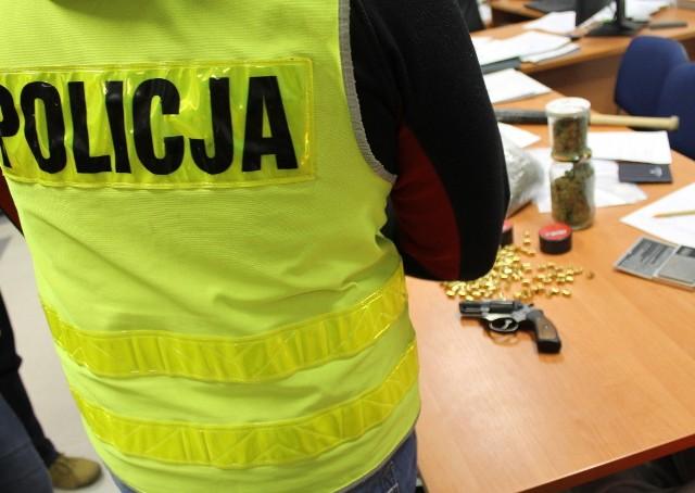 Siedem osób zatrzymanych i areszt dla jednego z nich, zabezpieczone środki odurzające oraz kilkanaście zarzutów - to efekt kilkutygodniowej pracy policjantów z Międzyrzecza przy sprawie związanej z posiadaniem i udzielaniem środków odurzających. Policjanci zajmowali się sprawą związaną z handlem narkotykami od kilku tygodni. Początkowo gromadzili informacje i ustalali fakty. Później doszło do pierwszych zatrzymań i przesłuchań. Kolejne dni pracy przynosiły efekty. Policjanci zatrzymali kolejne osoby, a podczas przeszukań ich posesji i samochodów zabezpieczyli środki odurzające w postaci marihuany i metaamfetaminy. Zatrzymali siedem osób związanych z przestępczością narkotykową. Grupa działała głównie na terenie powiatu sulęcińskiego oraz międzyrzeckiego.Policjanci podczas przeszukań zatrzymanych osób zabezpieczyli środki odurzające, amunicję i broń gazową oraz wagę, która służyła do dzielenia narkotyków na porcje. Policjanci przedstawili łącznie 15 zarzutów z ustawy o przeciwdziałaniu narkomanii. Części z zatrzymanych osób za wprowadzenie do obrotu znacznej ilości środków odurzających, może grozić kara do 12 lat pozbawienia wolności.Na wniosek Prokuratury Rejonowej w Międzyrzeczu, sąd aresztował na okres trzech miesięcy jedną z siedmiu zatrzymanych osób. Dzięki pracy policjantów na rynek nie trafiło ok. 1.750 porcji narkotyków. Sprawa jest rozwojowa, policjanci nie wykluczają dalszych zatrzymań.Zobacz też: Nieudany przemyt narkotyków za 730 tys. zł