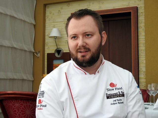 Łukasz Rakowski, który dba o menu piłkarzy Jagiellonii, na co dzień jest szefem kuchni w restauracji hotelu Cristal