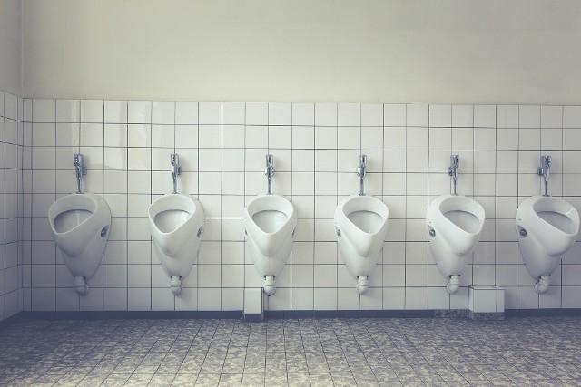 Radny domaga się poprawienia stanu toalet w centrum Gorzowa.