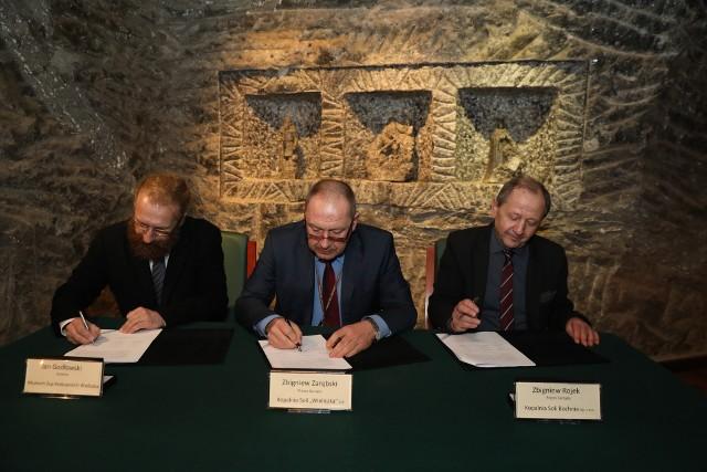Zbigniew Zarębski (w środku) został odwołany z funkcji prezesa wielickiej Kopalni Solii