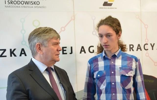 Eryk Karpacki jako 2-milionowy pasażer ŁKA odebrał bezpłatny półroczny bilet z rąk marszałka województwa Witolda Stępnia.