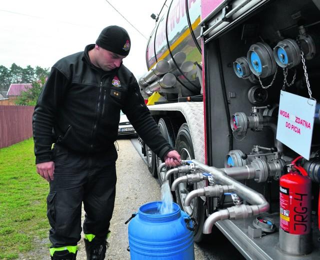 Co dwa dni wodę mieszkańcom dowożą strażacy zawodowi. Podczas mrozów ich działania są jednak mocno utrudnione