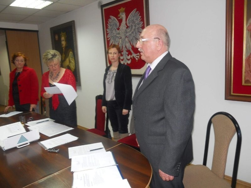 Burmistrz Marian Tołodziecki składa ślubowanie. W glębi od...