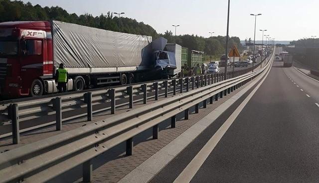 Było to w środę około godziny 7. Internauci poinformowali nas o zablokowanym wiadukcie na ul. Kleeberga. Doszło tam do czterech kolizji. Jak informuje oficer prasowy policji, zablokowana jest droga na wysokości zjazdu na Ełk. Ruch odbywa się dołem.