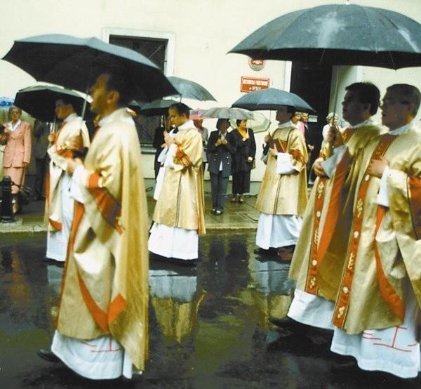 Wbrew pozorom nadal w cenie są u parafian tradycyjne umiejętności i cnoty dobrego duszpasterza.