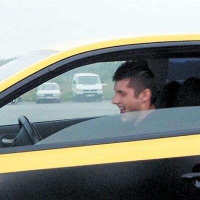 Paweł Skowroński lubi jazdę samochodem. Wolałby jednak robić to dla przyjemności.