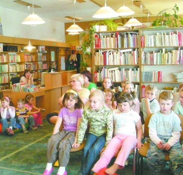 """Biblioteka jest miejscem przyjaznym dla naszych milusińskich. Organizuje zajęcia """"Przedszkolak w bibliotece"""". Przygotowuje podczas ferii i wakacji interesujące zajęcia. Od lat włącza się do ogólnopolskiej akcji """"Cała Polska czyta dzieciom""""."""