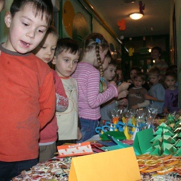 Przedszkolaki przy swoich ozdobach i  pierniczkach