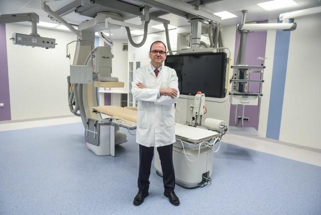 Profesor Waldemar Bobkowski w nowej pracowni czeka na pierwszych pacjentów