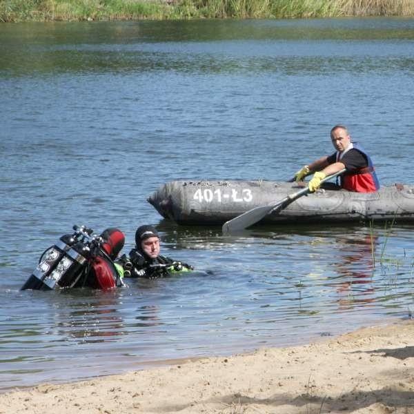 Adama wyłowili dzisiaj z wody płetwonurkowie. Ciało 20-latka znaleźli około 10 metrów od brzegu.
