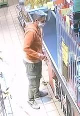 Policja w Kaliszu poszukuje podejrzanego o płacenie skradzionymi kartami płatniczymi