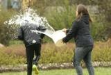 Lany Poniedziałek 2 kwietnia 2018: mandat 500 złotych i inne kary za oblewanie wodą