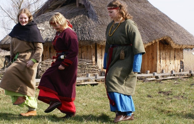 Dziewczęta z bractwa Strażnicy Nawii z Kamienia Pomorskiego prezentują obowiązujące kroki.