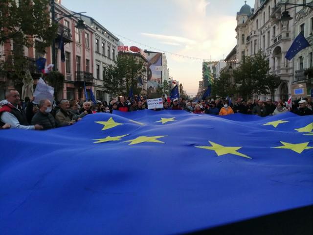Kilkaset osób wzięło udział w niedzielnej prounijnej manifestacji pod biurem PiS w Łodzi. Główna manifestacja przeciwko czwartkowemu wyrokowi Trybunału Konstytucyjnego odbyła się w Warszawie, wzięli w niej udział także łodzianie i mieszkańcy regionu. Zorganizowano także manifestacje lokalne.Czytaj dalej