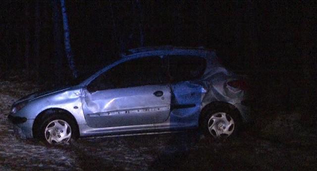 Osobowe auto wypadło po zderzeniu z tirem z drogi.