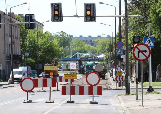 Od piątku 22 maja zamknięty jest odcinek ulicy 25 Czerwca od ronda Mikołajczyka do skrzyżowania z ulicą Sienkiewicza. Utrudnienia są również na ulicach Waryńskiego i Bydgoskiej. Kierowcy, i pasażerowie komunikacji miejskiej muszą się liczyć z dużymi utrudnieniami w przejeździe przez te część miasta. Wodociągi Miejskie będą prowadzić prace na ulicy 25 Czerwca, na odcinku od ronda Mikołajczyka aż do Słowackiego (w pierwszym etapie do ulicy Sienkiewicza) oraz ulicach Bydgoskiej, Prusa i Waryńskiego będzie budowana kanalizacja sanitarna. CZYTAJ RÓWNIEŻ: Uwaga kierowcy, będą duże utrudnienia w centrum Radomia. Wodociągi zaczynają prace na ulicy 25 Czerwca. Od piątku będą objazdy!
