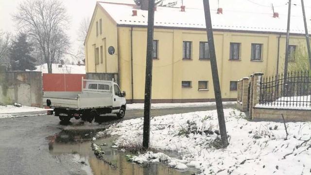 Ulica Podmiejska nie ma kanalizacji, ale za to ma fatalną nawierzchnię.