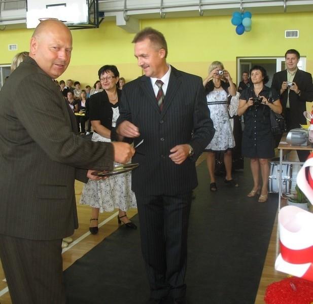 Uczniowie z Przedmościa mają powody do zadowolenia. Na początku roku szkolnego wójt gminy wiejskiej Głogów Andrzej Krzemień (z lewej) uroczyście przekazał salę gimnastyczną do użytku.