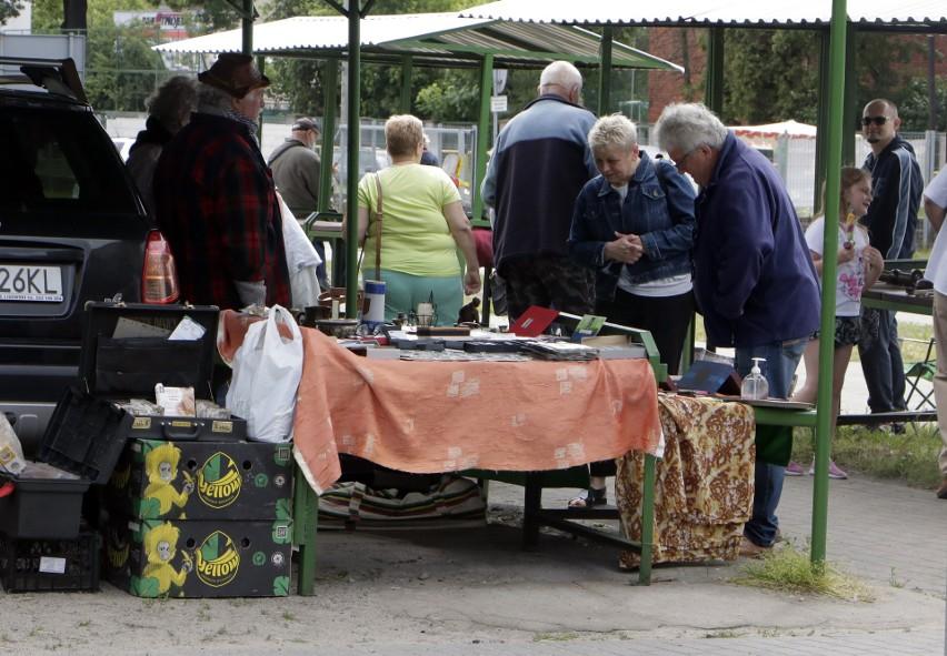 """Na grudziądzkim targowisku przy ulicy Paderewskiego zorganizowano pierwszy """"Pchli Targ"""". Czym handlowano? Zobacz zdjęcia"""