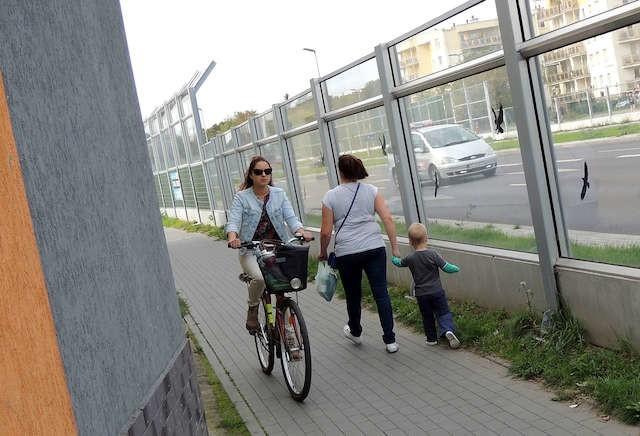 Nie wszyscy jeżdżą w tym miejscu tak ostrożnie, jak rowerzystka na zdjęciu. Wielu pędzi zupełnie nie zważając na idących pieszych