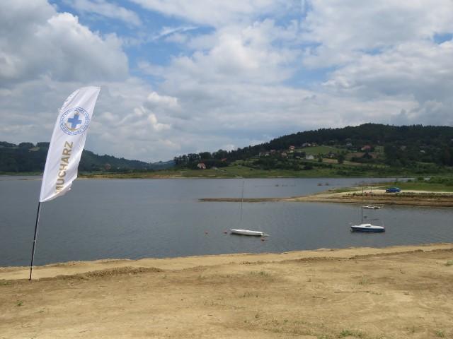 Nazwa Jezioro Mucharskie dla zbiornika Świnna Poręba, która używana jest już od jakiegoś czasu, 14 listopada już oficjalnie została zatwierdzona w rozporządzeniu ministra spraw wewnętrznych i administracji Joachima Brudzińskiego