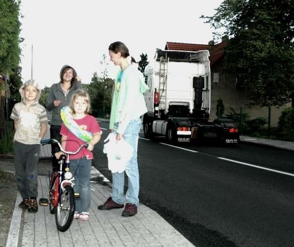 - Wreszcie jest u nas chodnik i można bezpiecznie chodzić - mówią młodzi mieszkańcy Pietraszowa, od lewej: Marcel Guzy, Marta Wacha, Amanda Guzy. Z tyłu Weronika Grejner.