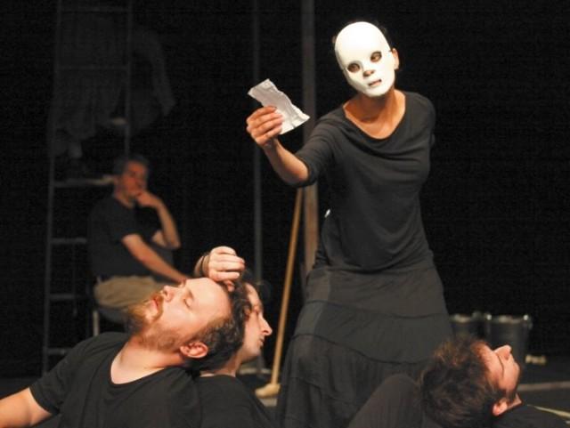 """W październiku na deskach teatru Białostockiego Teatru Lalek publiczność będzie mogła zobaczyć spektakl """"Montecchi i Capuleti"""" inspirowany sztuką """"Romeo i Julia"""" Shakespeare'a. Sztuka powstaje we współpracy z artystami z Sankt Petersburga."""