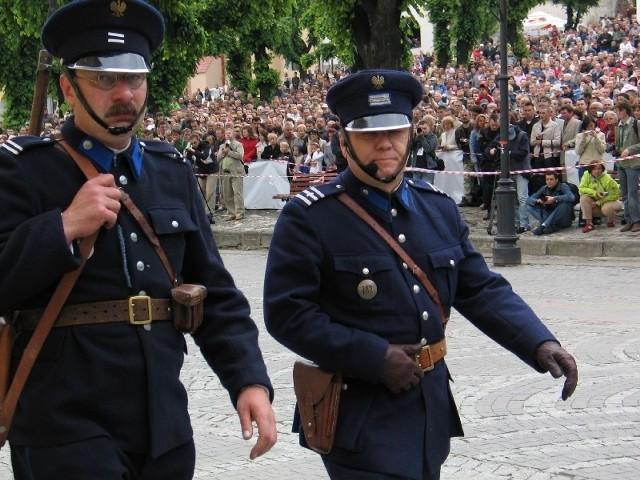 Mundur polskiego policjanta tuż przed wybuchem II wojny światowej. Nz. rekonstrukcja Wrzesień '39 w Przemyślu, w 2008 r.