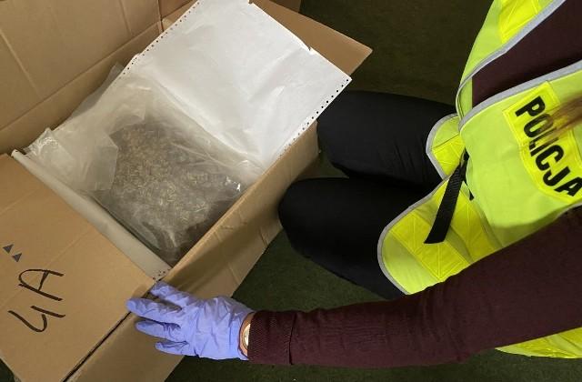 Funkcjonariusze znaleźli ponad 11 kg różnego rodzaju narkotyków, półprodukty przeznaczone do wytwarzania substancji odurzających oraz znaczną ilość gotówki. [b]Zobacz zdjęcia --->[/g]