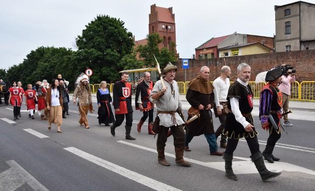 Przemarszem przez miasto rozpoczął się Turniej Rycerski w Golubiu-Dobrzyniu. Na weekend 2-4 lipca zaplanowano mnóstwo atrakcji - pokazy kaskaderskie, konne, husarskie, walki rycerzy pieszych, jarmark