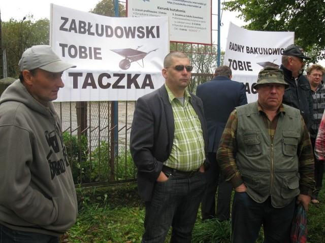 Przez pół godziny mieszkańcy os. Buchwałowa protestowali pod szkołą, której dyrektorem jest przewodniczący rady miejskiej.