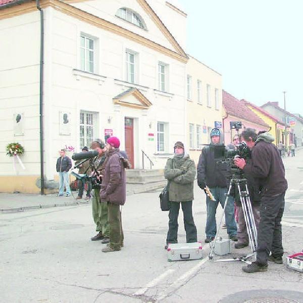 """Scenerią filmu """"Ballada o Piotrowskim"""" była Nieszawa. Na zdjęciu ekipa filmowa na nieszawskim rynku."""
