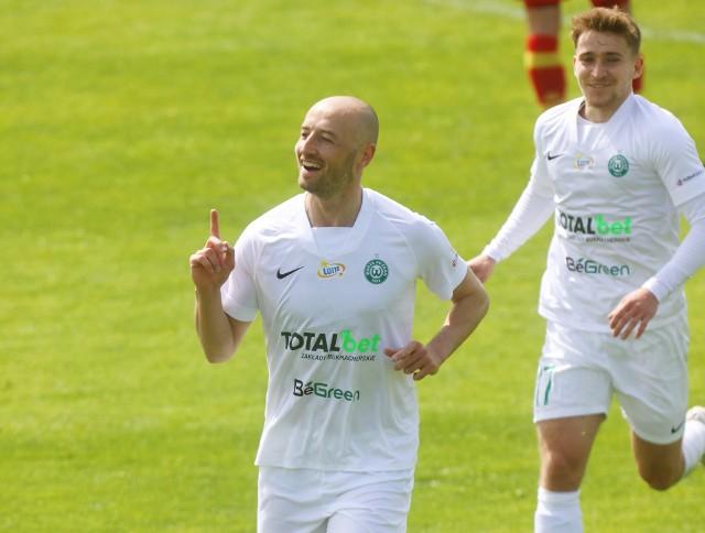 Łukasz Trałka w zeszłym sezonie zdobył łącznie cztery gole dla Warty Poznań. Jesli teraz powtórzy rezultat, to przyniesie do czterysta drzew!