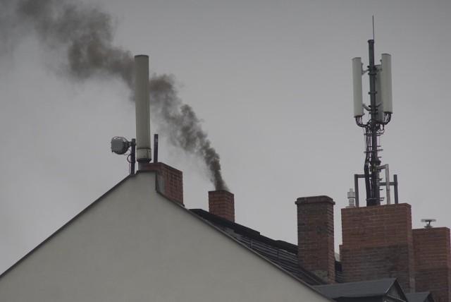 Zgodnie z uchwałą antysmogową dla województwa wielkopolskiego w piecach nie można stosować paliw najgorszej jakości, w tym miału. Mieszkańcy, którzy mają stare piece, muszą je wymienić w dwóch etapach. Do 1 stycznia 2024 r. należy pozbyć się kotłów bezklasowych, a do 1 stycznia 2028 roku kotłów spełniających wymagania dla klasy 3 lub 4 według normy PN-EN 303-5:2012. Kotły tzw. 5 klasy, zainstalowane przed wejściem w życie uchwał, będą mogły być użytkowane dożywotnio