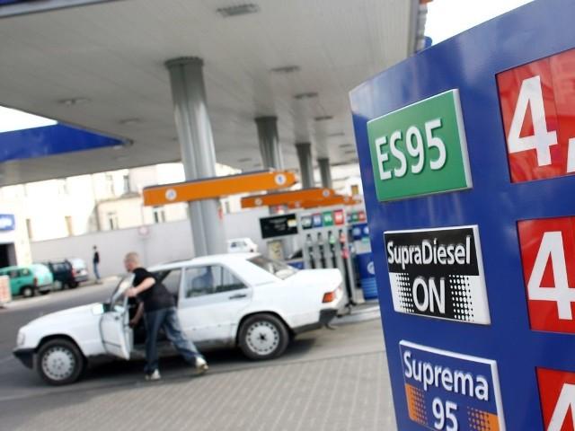 W tym tygodniu po raz pierwszy od prawie dwóch miesięcy średnie ceny paliw zaczęły spadać.