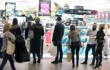 Zakupy w Manufakturze w ten weekend. Ochroniarze pilnowali reżimu. Łodzianie nastali się w kolejkach! Zobacz ZDJĘCIA