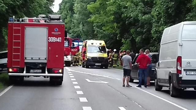 Groźny wypadek na ul. Bydgoskiej w Ostromecku pod Bydgoszczą. Kierowca peugeota 306 uderzył w drzewo. Był pijany. W zdarzeniu ucierpiały trzy osoby. Droga w miejscu wypadku będzie zablokowana przez najbliższe godziny. Bydgoscy policjanci najpierw zostali wezwani do innego zdarzenia na ul. Bydgoskiej w Ostromecku.Więcej zdjęć i informacji z miejsca wypadku. Kliknij strzałkę obok zdjęcia lub przesuń je gestem >>>