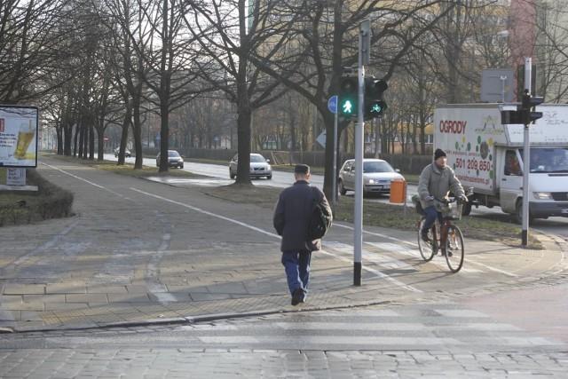 Rowerzysta na pasie dla rowerów - zdjęcie ilustracyjne