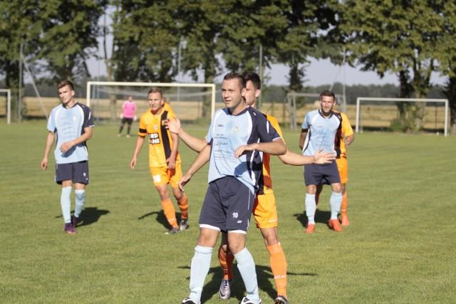 Damian Woźny (na pierwszym planie) zdobył dla ekipy z Gronowic już cztery gole w pięciu meczach.