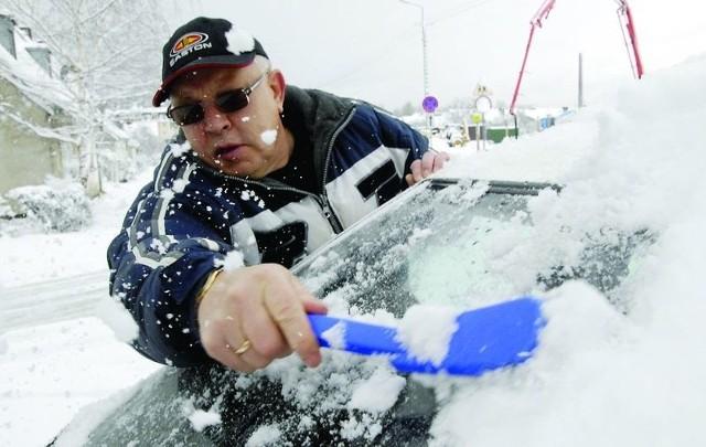 Zdzisław Szycko odśnieżał wczoraj swój samochód. Auto stoi pod chmurką, więc słupszczanin będzie musiał być przygotowany na