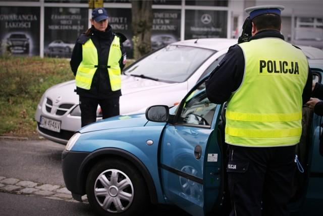 Wrocław, policjanci zatrzymują kierowcę do kontroli - zdjęcie ilustracyjne