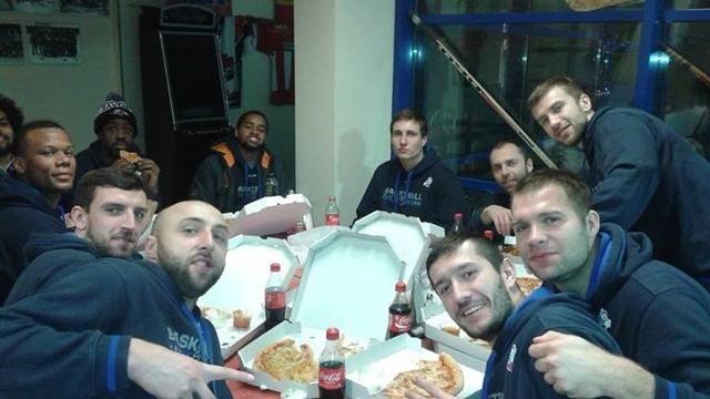 Koszykarze Wilków Morskich uczcili zwycięstwo wspólna pizzą.