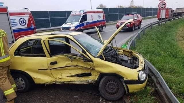 Po zderzeniu ranny został 85-letni kierowca opla i jego 80-letnia pasażerka.