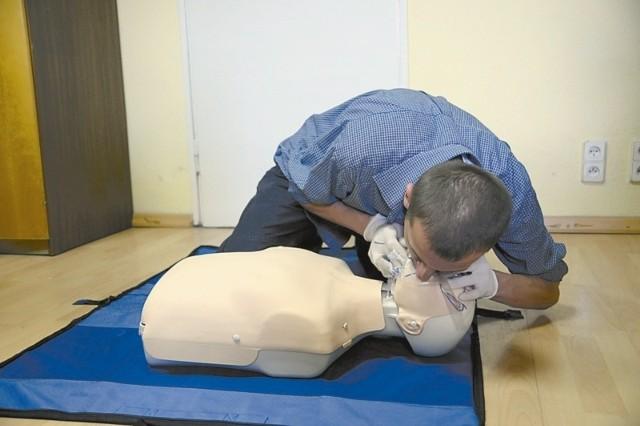 > Odchyl głowę do tyłu, podciągnij żuchwę do góry > Zaciśnij skrzydełka nosa i obejmij szczelnie swoimi ustami usta poszkodowanego> Wykonaj 2 oddechy ratownicze, wdmuchując powietrze do momentu wyraźnego uniesienia się klatki piersiowej> Kontynuuj uciskanie klatki piersiowej i oddechy ratownicze w stosunku 30:2